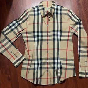 Size med Burberry top.. looks new. Wear one time